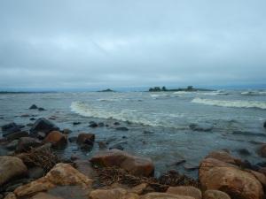 Aallot tuli rantaan asti