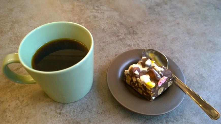 Kuppi kahvia ja leivos - sitten vaan ajatusten siivin tulevien retkien maisemiin.